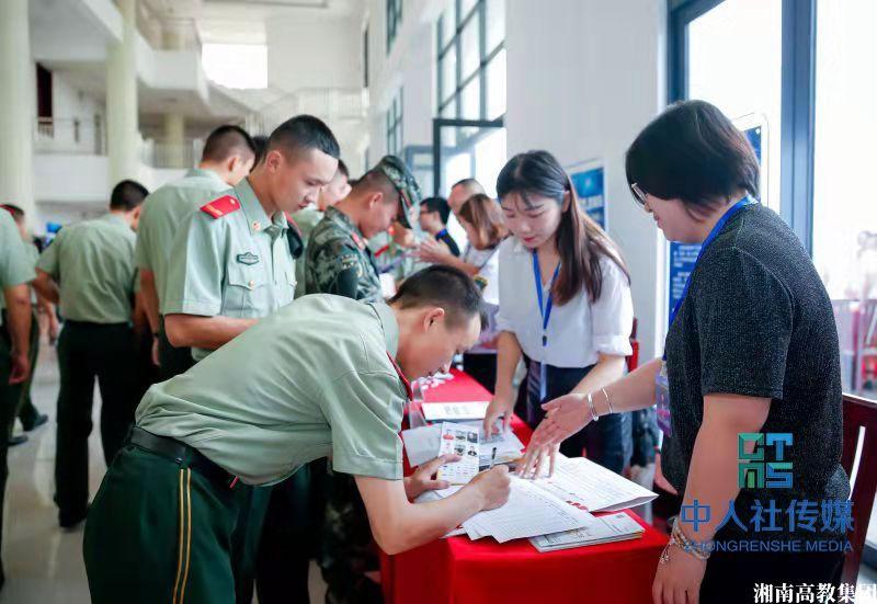 """湖南三级联动开展""""送政策、送服务、送岗位""""进军营活动"""